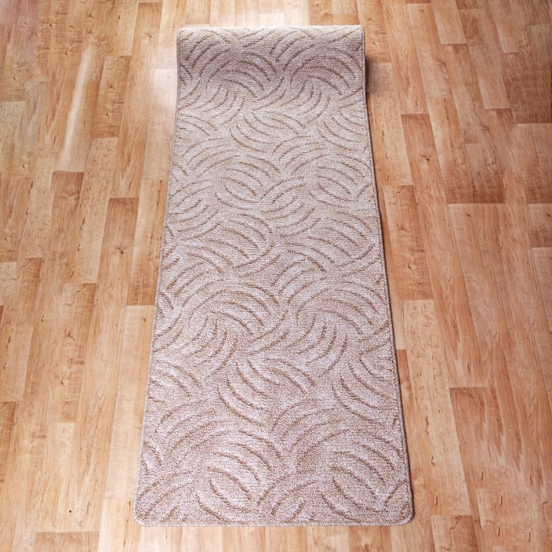 Szegett szőnyeg - Beige színben karmolt mintával - feltekert