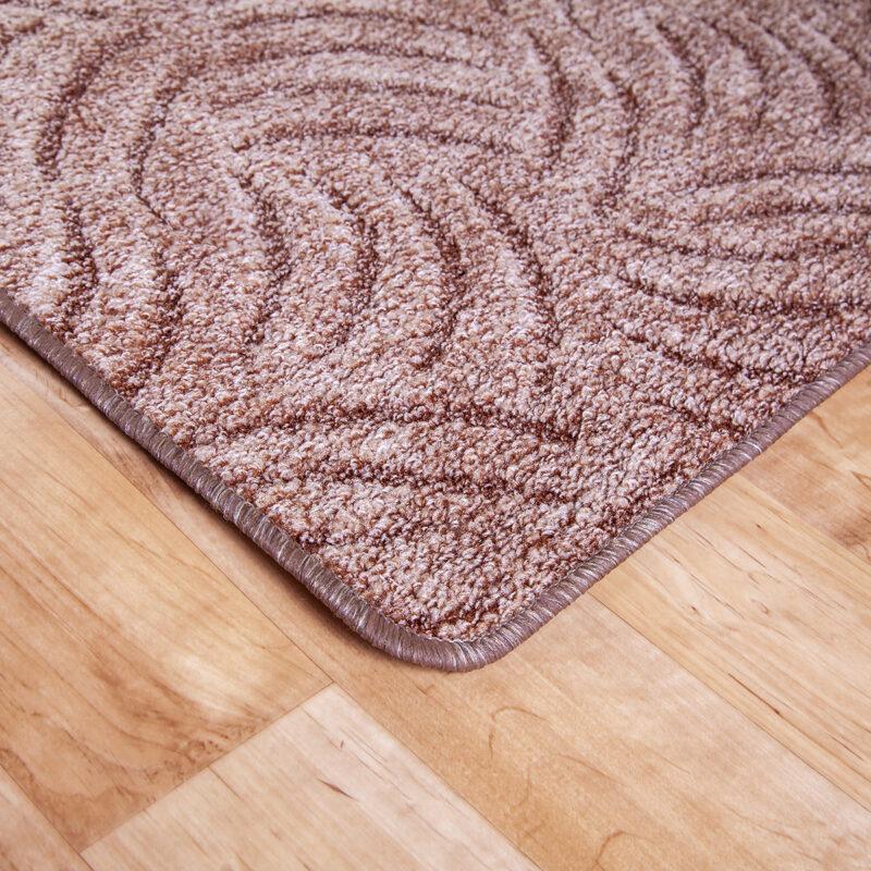 Szegett szőnyeg - Barna színben karmolt mintával - sarok