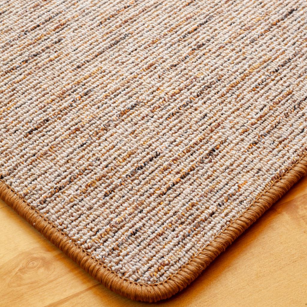 Szegett szőnyeg - Beige-barna színben vonalas mintával - közeli