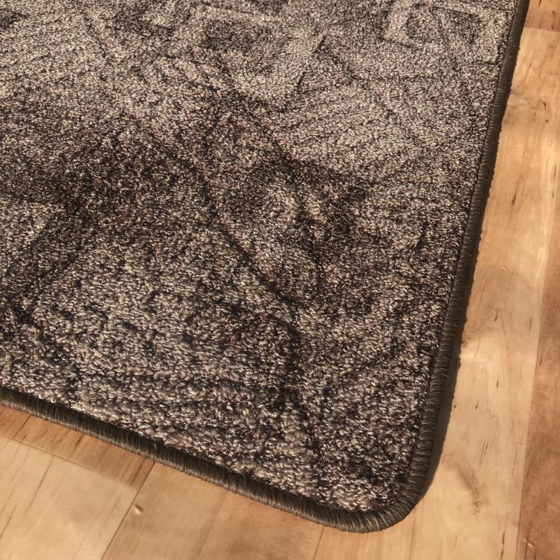 Szegett szőnyeg - Barna színben kocka mintával - közeli
