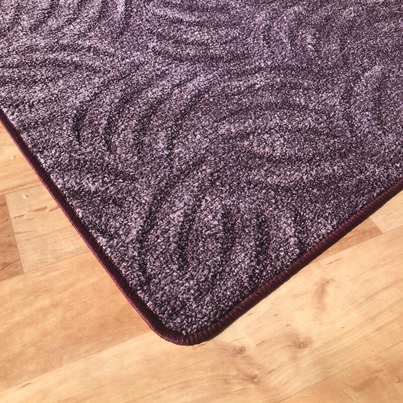 Szegett szőnyeg - Lila színben karmolt mintával - sarok