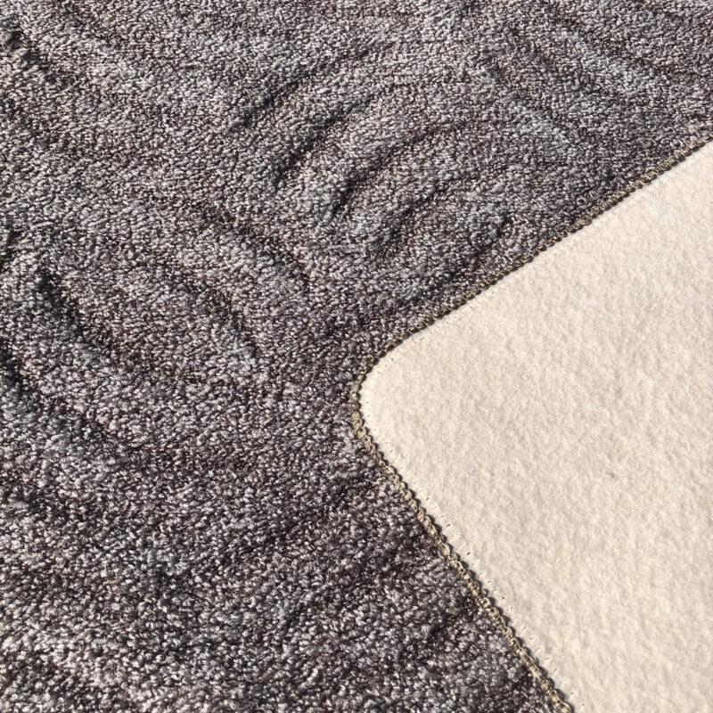 Szegett szőnyeg - Szürkésbarna színben karmolt mintával - hátoldal