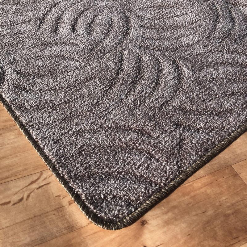 Szegett szőnyeg - Szürkésbarna színben karmolt mintával - sarok