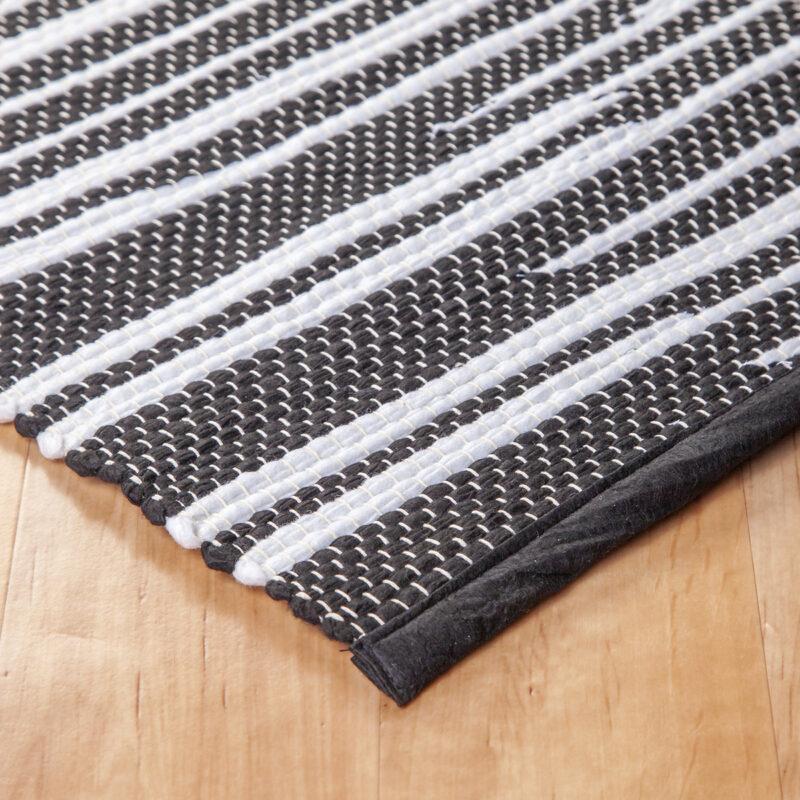 Fekete-fehér rongyszőnyeg - sarok