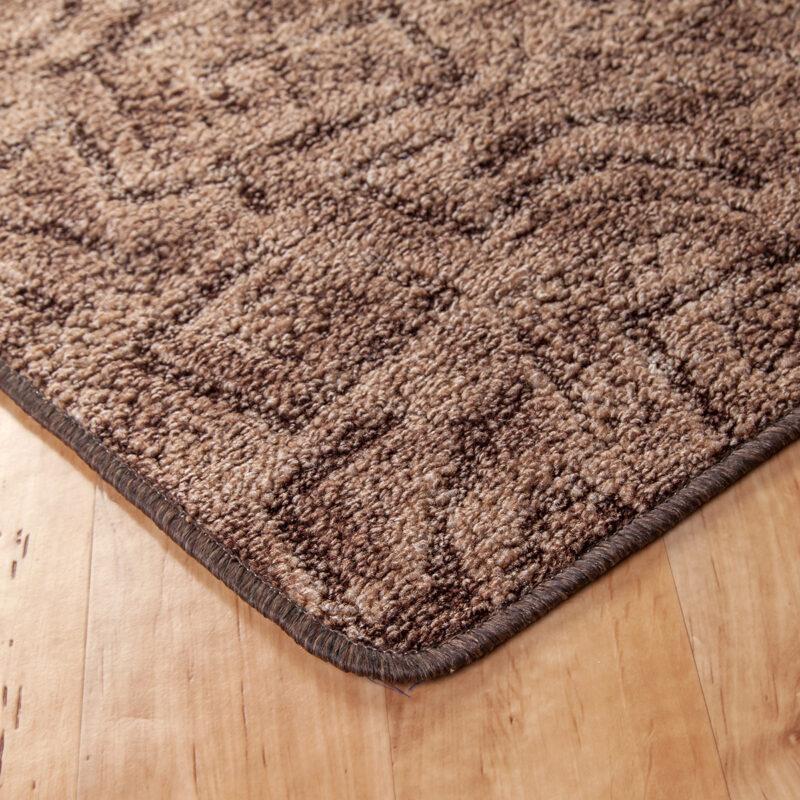 Szegett szőnyeg - Barna színben absztrakt mintával - sarok