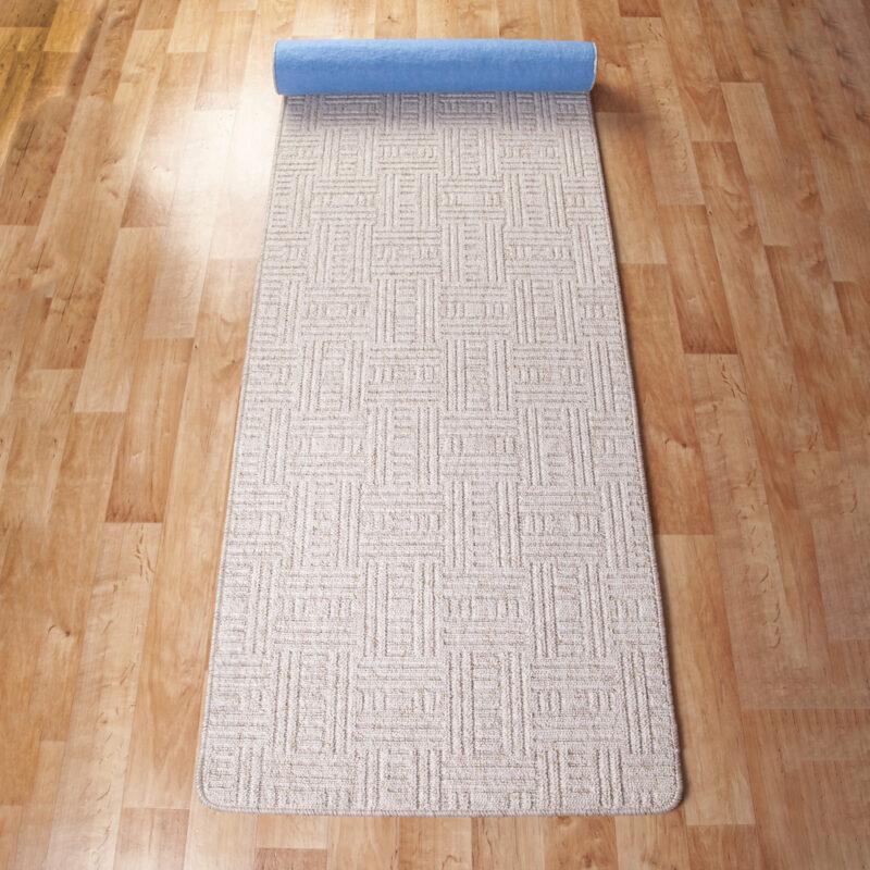 Szegett szőnyeg - Fehér színben négyzet mintával - feltekert